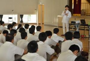 シェフの黒岩功さんが夢の実現などについて語った講演会=24日、奄美高校