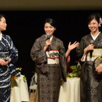 トークショーで奄美ロケの秘話や思いを語る(左から)里アンナさん、二階堂ふみさん=20日、奄美市名瀬