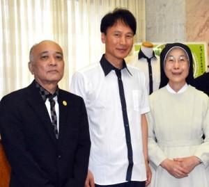 大島紬を使ったシャツを着る三反園知事(中央)と窪田理事長(左)=31日、鹿児島市の県庁