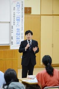NHK大河ドラマ「西郷どん」を語る原口教授=26日、奄美市名瀬の県立奄美図書館