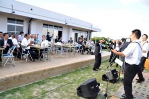 新施設の完成を祝い、イベント広場で開かれた祝賀会=11日、知名町屋者