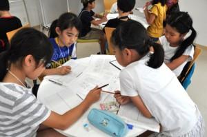 こども学の新聞講座で壁新聞作りに挑戦する児童たち=12日、奄美市名瀬