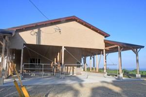 生産者の所得向上や畜産振興を目的に整備、落成した徳之島町受精卵センター=18日、徳之島町徳和瀬