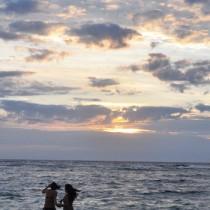 梅雨入り宣言されながら、晴れ間ものぞいた奄美地方=7日、奄美市名瀬の大浜海浜公園