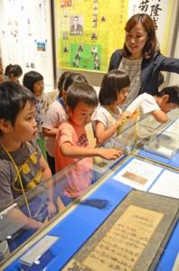 特別展で西郷直筆の書を見学する講座生たち=19日、龍郷町
