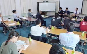 キャッシュレスシステムの利点や特徴について理解を深めた出席者ら=28日、奄美市