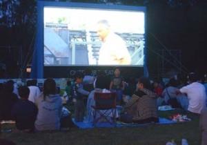 大画面で野外映画を楽しんだ「ソラシネin徳之島」=5日、徳之島町畦
