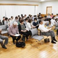 ベルスーズ奄美を練習する合唱団員=24日、奄美市名瀬