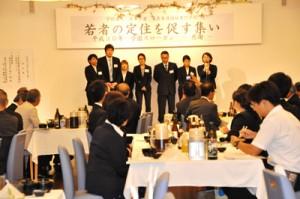 約50人が出席した奄美看護福祉専門学校の「若者の定住を促す集い」=28日、奄美市名瀬