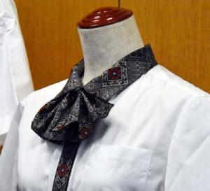 襟元のリボンに龍郷柄の生地を使った女性用のシャツ