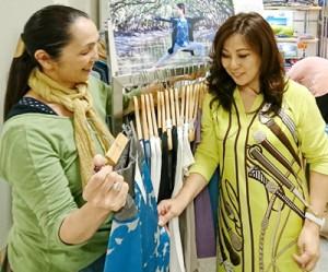 ヨガ愛好家から注目を集めた泥染めウエアを展示販売した奄美ファッション研究所のブース=22日、新宿髙島屋