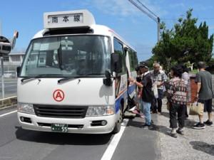 路線バスの旅を楽しむ参加者=21日、喜界町赤連