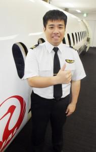 JACの副操縦士としてデビューした竹山さん=18日、霧島市の鹿児島空港