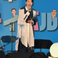 明治150年記念のステージライブに出演した里アンナさん=26日、鹿児島市の県総合体育館
