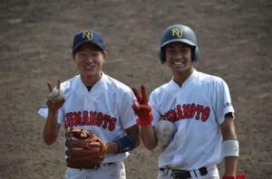 熊本大で活躍する(写真右から)重原さんと白井さん=4月29日、熊本県の藤崎台県営野球場(熊元さん提供)