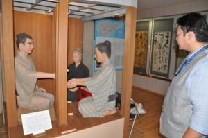 沖永良部島の西郷縁の地を見て回る岩本さん=12日、和泊町の西郷南洲記念館