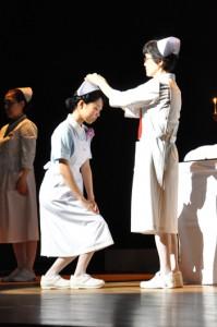 看護学科2年の学生にナースキャップが授けられた奄美看護福祉専門学校の戴帽式=11日、奄美文化センター