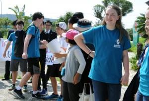 久しぶりの再会を喜ぶナカドウチェス市と奄美市の生徒ら=24日、奄美空港