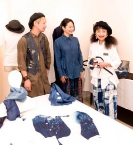 ステージ衣装について意見を交わす(右から)橋本さん、里さん、佐々木さん=14日、東京・渋谷