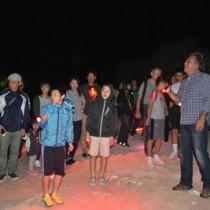 ウミガメが産卵する砂浜を見学する参加者ら=3日、奄美市名瀬の大浜海岸