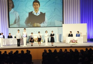 式典で将来の夢を発表する森さん(右から3人目)=25日、鹿児島市の県総合体育館