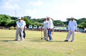 青空の下、グラウンド・ゴルフを楽しむ参加者=30日、和泊町