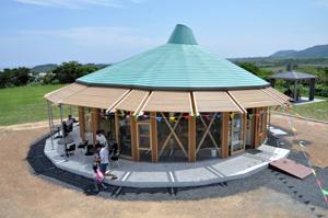 あやまる岬観光公園内にオープンした観光案内所=5日、奄美市笠利町