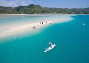 「かくれ浜」で海遊びをする観光客や地域住民ら=17日、奄美市笠利町喜瀬