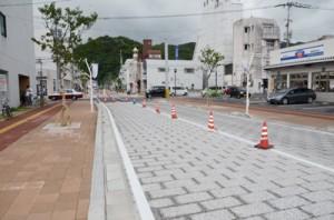 整備が進む中心商店街の末広・港線=8日、奄美市