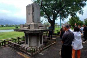 宜蘭川の治水工事の功績をたたえる石碑を見学する団員ら(提供写真)