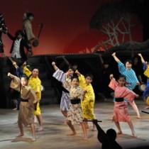 はつらつとした演技や歌、踊りで観客を魅了したミュージカル出演者ら=16日、知名町