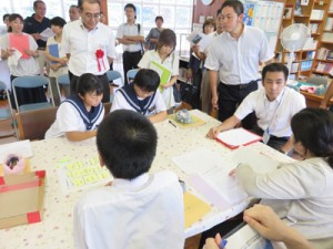 教育関係者らが環境教育の授業を見学した公開研究会=28日、龍北中学校