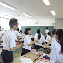 高校生とグループ討議をする参観者=11日、喜界高校