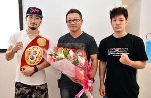 合宿で奄美大島入りした(左から)ボクシング世界チャンピオンの岩佐さん、セレス会長、南出選手=25日、奄美空港
