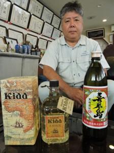 独鑑評会で入賞した2銘柄。「海外にも知られる商品に」と上園田社長=11日、喜界町