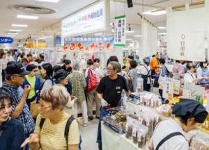 人気を集めた「モズク天ぷら(与論)」「黒糖・ゴマ(喜界)」の売り場=8日、千葉県船橋市