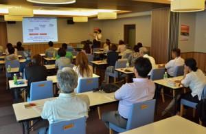 30人が参加して始まった民泊操業支援セミナー=11日、奄美市名瀬