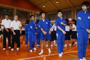 朝日中での交流会で八月踊りを体験する芝山中の生徒ら=18日、奄美市名瀬