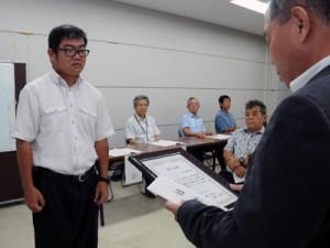 修了証書を受け取る修了生(左)=29日、瀬戸内町役場