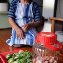 旧暦5月5日に作るガッキョの赤ジソ漬けとガヤマキ=18日、瀬戸内町木慈