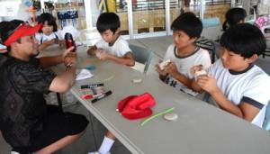 柴田さんの指導でカスタネットを作る児童=28日、瀬戸内町