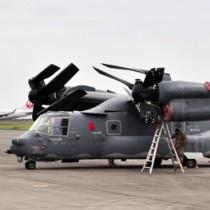 奄美空港に緊急着陸した米軍機オスプレイ=13日、奄美市笠利町