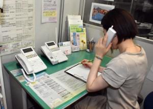 専門のスタッフが相談に応じるフラワーの事務所=8日、鹿児島市