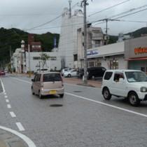 車両の相互通行がスタートした末広本通り=16日、奄美市名瀬末広町