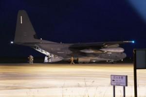 修理用とみられる物資や人員を搬送してきた航空機=4日午後7時50分ごろ、奄美市笠利町の奄美空港