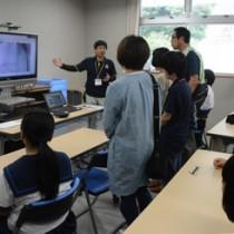 インターネット塾の説明を受ける生徒ら=2日、大和村