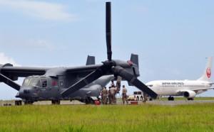 奄美空港の駐機場にとどまる米空軍のオスプレイ。後方は民間旅客機=5日午後0時すぎ、奄美市笠利町