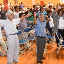 体を動かし、健康づくりに励んだ伊仙町地域さわやかサロン交流会=22日、町総合体育館