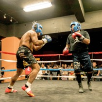 「打たれても下がらない」の信念をリング上で見せた島虎(左)=5月27日、東京都足立区