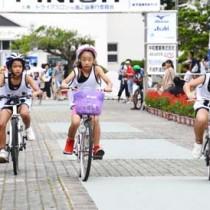 小中学生128人がスイム、バイク、ランで競ったチャレンジKIDS徳之島大会=6月30日、天城町浅間